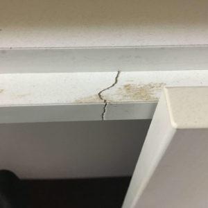 キッチン背面収納の割れ