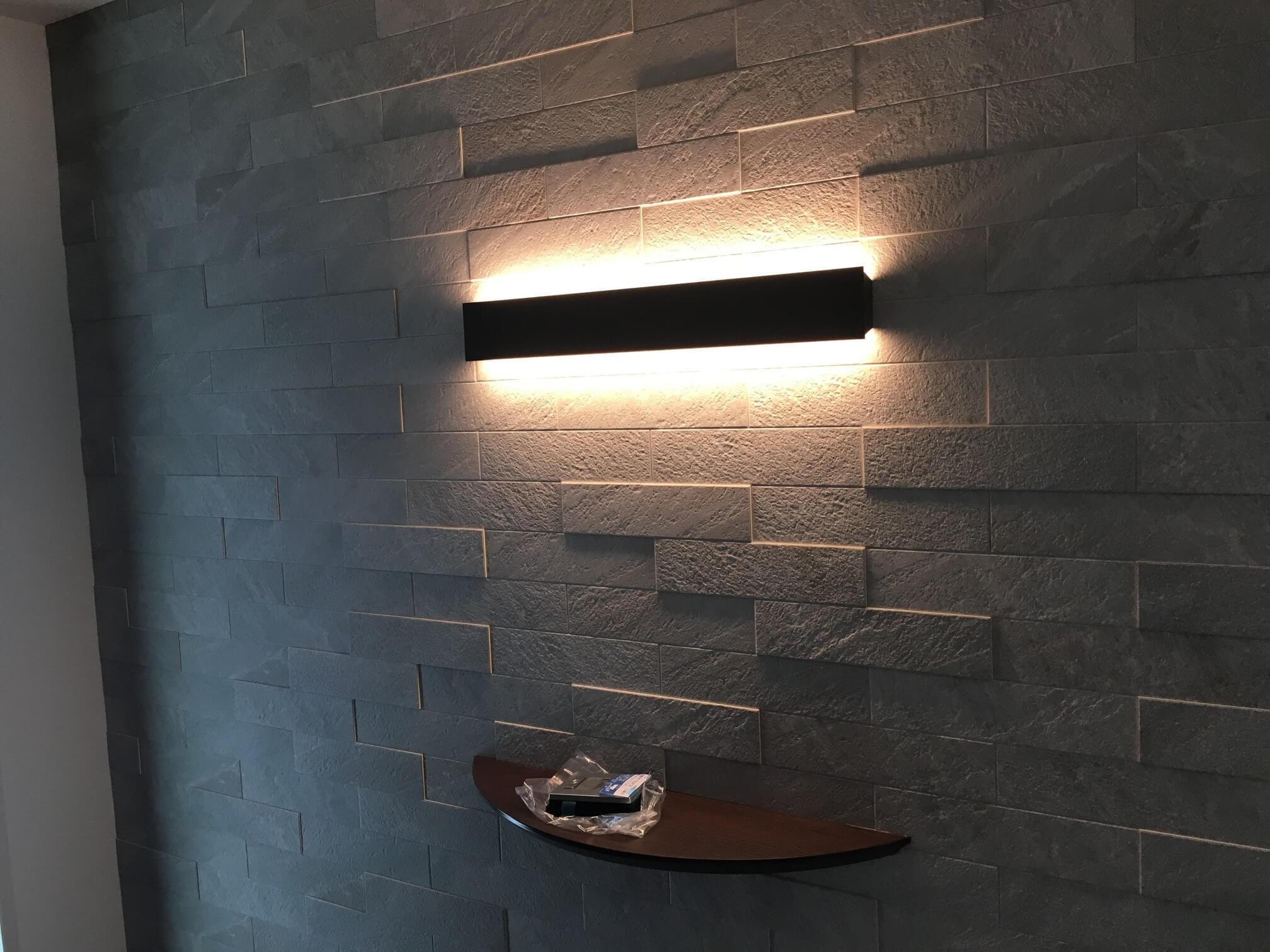 玄関のエコカラットを照らす照明