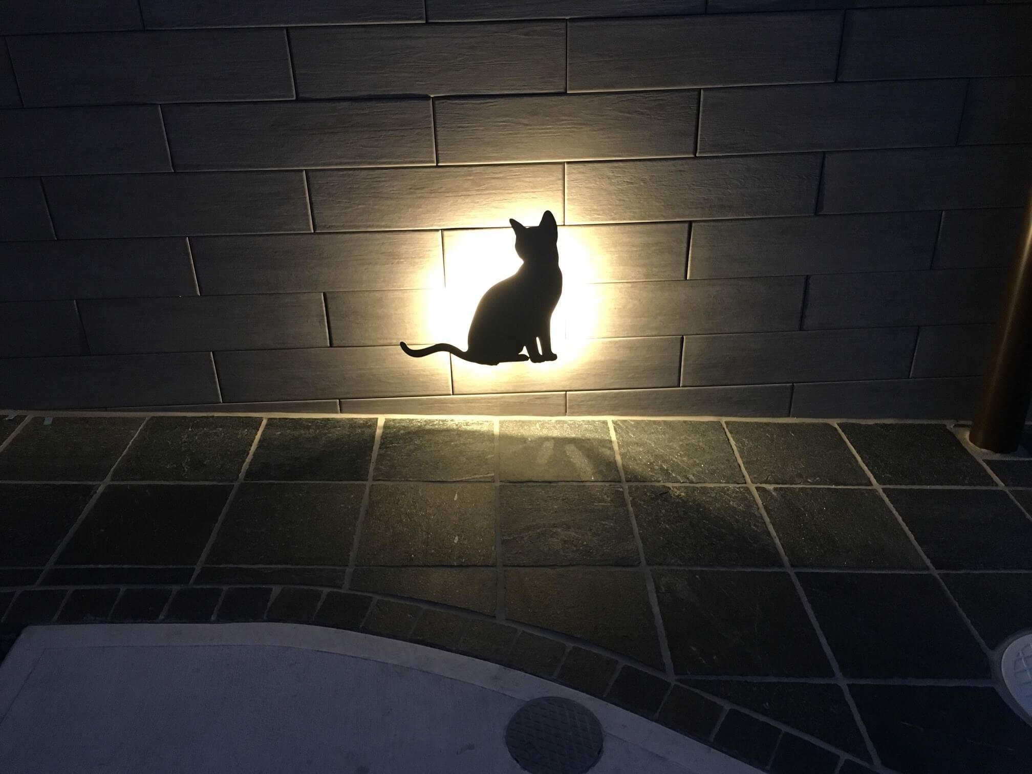 門塀の手前側の猫ライト
