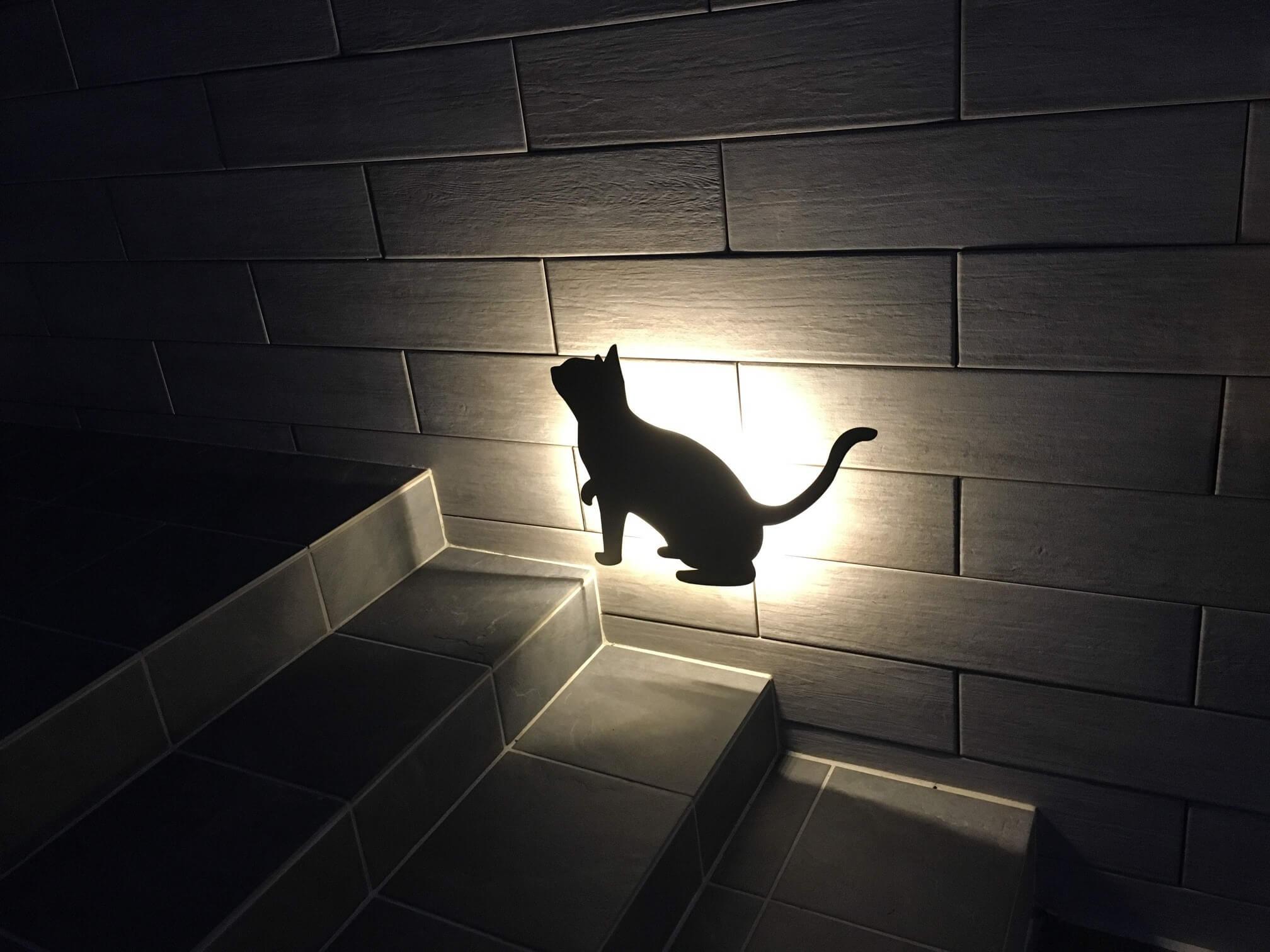 門塀の奥側の猫ライト